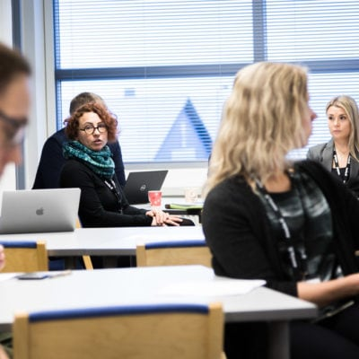 Työkulttuuria voidaan kehittää organisaatioissa luovien menetelmien avulla. Kuvassa yritysten edustajat kesksutelevat taiteilijoiden kanssa TAIKEn fasilitoimana - Copyright 2020 Kook Management - All Rights Reserved