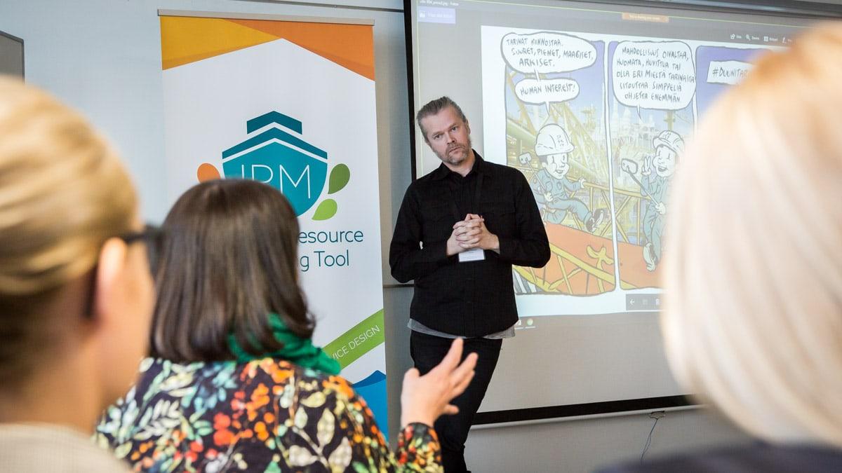 IRM TOOL hankkeen Luova meri -projektin loppuseminaarissa käsiteltiin ratkaisuja yritysten mm. työkulttuuri -haasteisiin. Kuvassa Sarjakuva taiteilija Ville Pirinen Tampereelta.