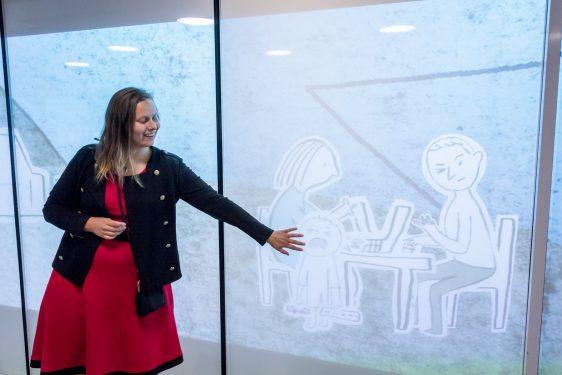 Ami Lindholmin mediataide -näyttely Oodissa lohduttaa vanhempia. Oodin Äidit -mediataide -teos avautui Oodissa 6.8.2020.
